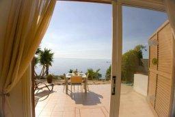 Терраса. Кипр, Корал Бэй : Прекрасная вилла с джакузи и шикарным видом на море, 4 спальни, 2 ванные комнаты, парковка, Wi-Fi