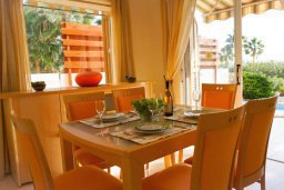 Обеденная зона. Кипр, Корал Бэй : Прекрасная вилла с джакузи и шикарным видом на море, 4 спальни, 2 ванные комнаты, парковка, Wi-Fi