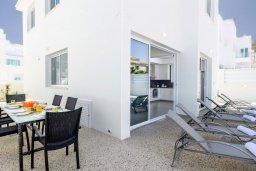 Зона отдыха у бассейна. Кипр, Каво Марис Протарас : Современная вилла с 3-мя спальнями, бассейном, уютным двориком с патио барбекю, меблированной террасой на крыше, расположена недалеко от пляжей Konnos Beach и Fig Tree Bay