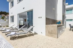Зона отдыха у бассейна. Кипр, Каво Марис Протарас : Потрясающая современная вилла с 3-мя спальнями, бассейном, уютным двориком с патио барбекю, меблированной террасой на крыше, расположена недалеко от пляжей Konnos Beach и Fig Tree Bay