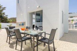 Обеденная зона. Кипр, Каво Марис Протарас : Потрясающая современная вилла с 3-мя спальнями, бассейном, уютным двориком с патио барбекю, меблированной террасой на крыше, расположена недалеко от пляжей Konnos Beach и Fig Tree Bay