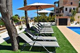 Зона отдыха у бассейна. Кипр, Лачи : Современная вилла в 100 метрах от пляжа с бассейном, 4 спальни, 3 ванные комнаты, парковка, Wi-Fi