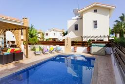 Парковка. Кипр, Ионион - Айя Текла : Роскошная вилла с видом на море, с 3-мя спальнями, с с бассейном, тенистой террасой с патио и традиционной печью