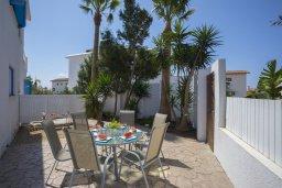 Обеденная зона. Кипр, Ионион - Айя Текла : Прекрасная вилла с бассейном и двориком с барбекю, 3 спальни, 2 ванные комнаты, парковка, Wi-Fi