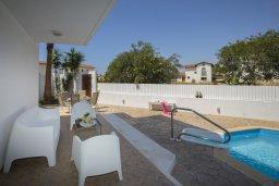 Зона отдыха у бассейна. Кипр, Ионион - Айя Текла : Комфортабельная вилла с 3-мя спальнями, 2-мя ванными комнатами, бассейном, террасой с патио и барбекю