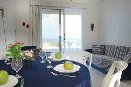Обеденная зона. Кипр, Каво Марис Протарас : Уютный апартамент с балконом с потрясающим видом на море, с гостиной и отдельной спальней, расположен недалеко от пляжа Cavo Maris Beach