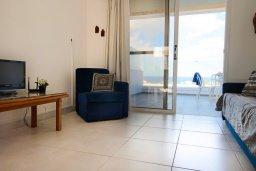 Гостиная. Кипр, Каво Марис Протарас : Уютный апартамент с балконом с потрясающим видом на море, с гостиной и отдельной спальней, расположен недалеко от пляжа Cavo Maris Beach