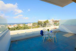 Балкон. Кипр, Каво Марис Протарас : Уютный апартамент с балконом с потрясающим видом на море, с гостиной и отдельной спальней, расположен недалеко от пляжа Cavo Maris Beach