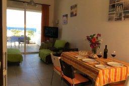 Гостиная. Кипр, Каво Марис Протарас : Комфортабельный апартамент с балконом с потрясающим видом на море, с гостиной и 2-мя спальнями, расположен недалеко от пляжа Cavo Maris Beach