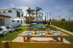 Обеденная зона. Кипр, Санрайз Протарас : Прекрасная вилла с бассейном и зеленым двориком с барбекю, 4 спальни, 2 ванные комнаты, бильярд, настольный теннис, парковка, Wi-Fi