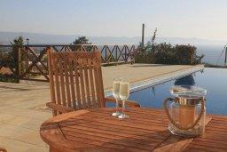 Зона отдыха у бассейна. Кипр, Помос : Роскошная вилла с бассейном и видом на море, 4 спальни, 5 ванных комнат, барбекю, парковка, Wi-Fi