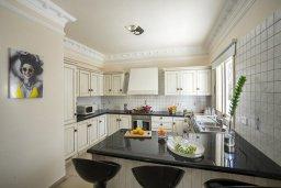 Кухня. Кипр, Каппарис : Роскошная вилла с бассейном и двориком с барбекю, 100 метров до пляжа, 3 спальни, 3 ванные комнаты, парковка, Wi-Fi