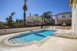 Бассейн. Кипр, Каппарис : Роскошная вилла с бассейном и двориком с барбекю, 100 метров до пляжа, 3 спальни, 3 ванные комнаты, парковка, Wi-Fi