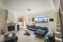 Гостиная. Кипр, Каппарис : Роскошная вилла с бассейном и двориком с барбекю, 100 метров до пляжа, 3 спальни, 3 ванные комнаты, парковка, Wi-Fi