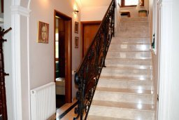 Лестница наверх. Кипр, Нисси Бич : Вилла в комплексе с бассейном, 4 спальни, 2 ванные комнаты, парковка, Wi-Fi