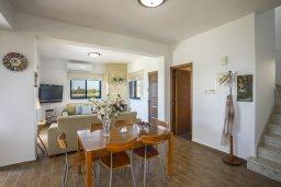 Гостиная. Кипр, Марони : Уютная вилла с невероятным видом на море, с 3-мя спальнями, 2-мя ванными комнатами, большой зелёной лужайкой, патио и барбекю, расположена в тихом районе деревни Maroni всего в 20 метрах от пляжа
