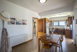 Кухня. Кипр, Марони : Уютная вилла с невероятным видом на море, с 3-мя спальнями, 2-мя ванными комнатами, большой зелёной лужайкой, патио и барбекю, расположена в тихом районе деревни Maroni всего в 20 метрах от пляжа