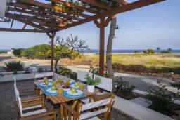 Обеденная зона. Кипр, Каво Марис Протарас : Очаровательная вилла с потрясающим видом на море, с 3-мя спальнями, приватным двориком, тенистой террасой с патио и барбекю, расположена в 100 метрах от пляжа