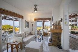 Гостиная. Кипр, Каво Марис Протарас : Очаровательная вилла с потрясающим видом на море, с 3-мя спальнями, приватным двориком, тенистой террасой с патио и барбекю, расположена в 100 метрах от пляжа