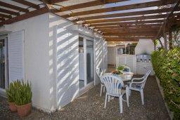 Терраса. Кипр, Каво Марис Протарас : Очаровательная вилла с потрясающим видом на море, с 3-мя спальнями, приватным двориком, тенистой террасой с патио и барбекю, расположена в 100 метрах от пляжа
