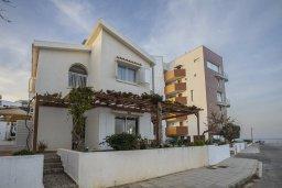 Фасад дома. Кипр, Каво Марис Протарас : Очаровательная вилла с потрясающим видом на море, с 3-мя спальнями, приватным двориком, тенистой террасой с патио и барбекю, расположена в 100 метрах от пляжа