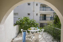 Балкон. Кипр, Центр Айя Напы : Комфортабельный апартамент с гостиной, двумя спальнями и балконом, расположен в самом центре Айя-Напы