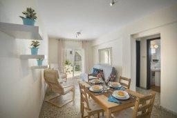 Обеденная зона. Кипр, Центр Айя Напы : Комфортабельный апартамент с гостиной, двумя спальнями и балконом, расположен в самом центре Айя-Напы