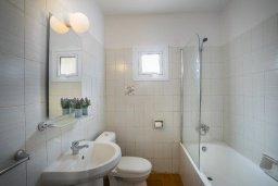 Ванная комната. Кипр, Центр Айя Напы : Комфортабельный апартамент с гостиной, двумя спальнями и балконом, расположен в самом центре Айя-Напы