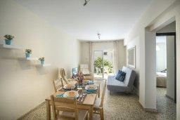 Гостиная. Кипр, Центр Айя Напы : Комфортабельный апартамент с гостиной, двумя спальнями и балконом, расположен в самом центре Айя-Напы