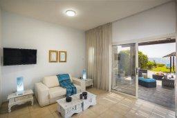 Гостиная. Кипр, Менеу : Очаровательная вилла с невероятным видом на море, с 3-мя спальнями, 2-мя ванными комнатами, большой зелёной лужайкой, патио, барбекю, расположена в тихом месте у пляжа Kiti Beach