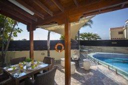 Зона отдыха у бассейна. Кипр, Нисси Бич : Комфортабельная вилла с 2 спальнями, с бассейном с водопадом, зелёным садом, тенистой террасой с патио и каменным барбекю
