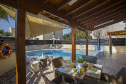 Обеденная зона. Кипр, Нисси Бич : Комфортабельная вилла с 2 спальнями, с бассейном с водопадом, зелёным садом, тенистой террасой с патио и каменным барбекю