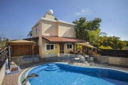 Фасад дома. Кипр, Нисси Бич : Комфортабельная вилла с 2 спальнями, с бассейном с водопадом, зелёным садом, тенистой террасой с патио и каменным барбекю