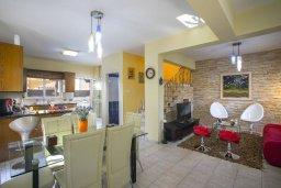 Гостиная. Кипр, Нисси Бич : Комфортабельная вилла с 2 спальнями, с бассейном с водопадом, зелёным садом, тенистой террасой с патио и каменным барбекю