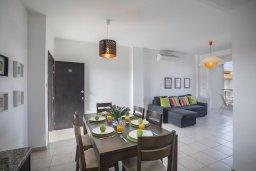 Обеденная зона. Кипр, Пернера : Современный апартамент в комплексе с бассейном, с гостиной, двумя спальнями, двумя ванными комнатами и балконом с видом на море и бассейн