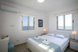 Спальня. Кипр, Ларнака город : Современный апартамент в 30 метрах от пляжа, с гостиной, двумя спальнями и балконом с панорамным видом на море