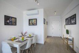 Обеденная зона. Кипр, Ларнака город : Современный апартамент в 30 метрах от пляжа, с гостиной, двумя спальнями и балконом с панорамным видом на море