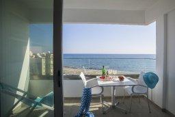 Балкон. Кипр, Ларнака город : Современный апартамент в 30 метрах от пляжа, с гостиной, двумя спальнями и балконом с панорамным видом на море