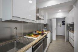 Кухня. Кипр, Ларнака город : Современный апартамент в 30 метрах от пляжа, с гостиной, двумя спальнями и балконом с панорамным видом на море