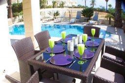 Обеденная зона. Кипр, Каппарис : Роскошная вилла с бассейном в 100 метрах от пляжа, 4 спальни, 3 ванные комнаты, патио, барбекю, парковка, Wi-Fi