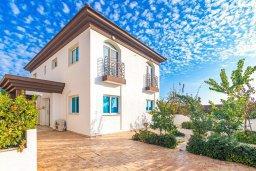 Фасад дома. Кипр, Каппарис : Современная вилла с бассейном и зеленым двориком с барбекю, 4 спальни, 4 ванные комнаты, парковка, Wi-Fi