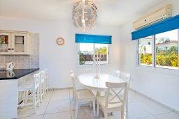 Обеденная зона. Кипр, Каппарис : Современная вилла с бассейном и зеленым двориком с барбекю, 4 спальни, 4 ванные комнаты, парковка, Wi-Fi
