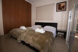 Спальня. Кипр, Нисси Бич : Прекрасная вилла с 4-мя спальнями, с бассейном, солнечной террасой с патио и каменным барбекю