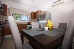 Обеденная зона. Кипр, Нисси Бич : Прекрасная вилла с 4-мя спальнями, с бассейном, солнечной террасой с патио и каменным барбекю
