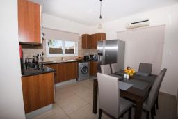 Кухня. Кипр, Нисси Бич : Прекрасная вилла с 4-мя спальнями, с бассейном, солнечной террасой с патио и каменным барбекю