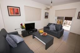 Гостиная. Кипр, Нисси Бич : Прекрасная вилла с 4-мя спальнями, с бассейном, солнечной террасой с патио и каменным барбекю