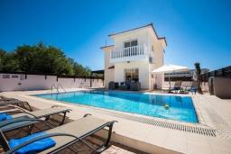 Вид на виллу/дом снаружи. Кипр, Нисси Бич : Прекрасная вилла с 4-мя спальнями, с бассейном, солнечной террасой с патио и каменным барбекю
