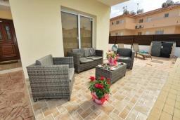 Терраса. Кипр, Нисси Бич : Прекрасная вилла с 4-мя спальнями, с бассейном, солнечной террасой с патио и каменным барбекю