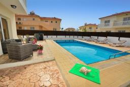 Бассейн. Кипр, Нисси Бич : Прекрасная вилла с 4-мя спальнями, с бассейном, солнечной террасой с патио и каменным барбекю