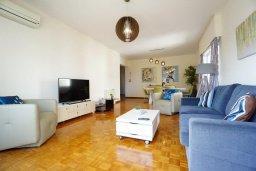 Гостиная. Кипр, Айос Тихонас Лимассол : Апартамент в 20 метрах от пляжа, с гостиной, тремя спальнями, двумя ванными комнатами и большим балконом с видом на море
